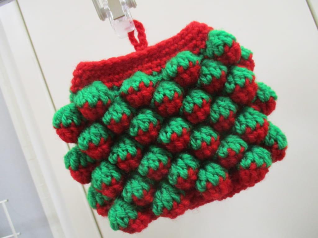 イチゴ編みポーチ