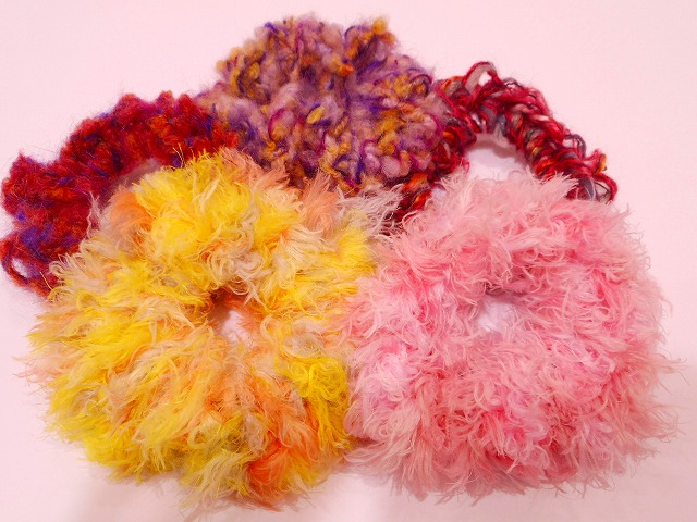 ゆび編みで作るシュシュ